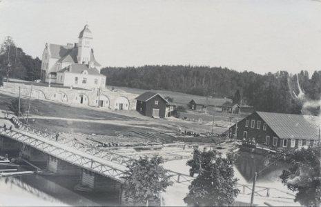 Koskenkylän vanha silta ja saha aluetta. Taustalla näkyy Forsby Gård. Kuva Peter Heleniuksen kokoelmista.