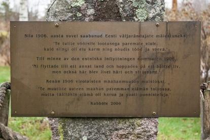 Kabbölen virolaiskylän muistolaatta pystytettiin kylän satavuotisjuhlien kunniaksi vuonna 2006.