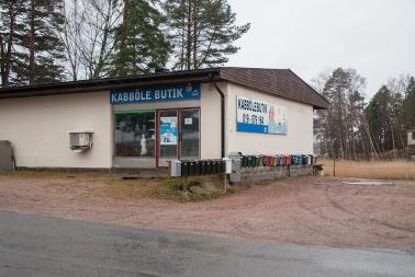 """Kabbölen """"uusi"""" kauppa, joka avattiin 1970-luvulla. Nykyisin Kabböle Butik avataan kesäaikaan pyynnöstä. Sen valikoimiin kuuluu päivittäistavaraa ja sisustustuotteita."""