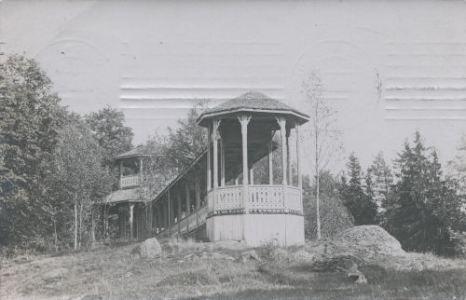 Forsby Gårdin puistoon rakennettiin myös keilarata jugendpaviljonkeineen. Kun Johannes Askolinin tytär Maini Askolin kuoli 1929, linnan mailta purettiin keilaradan paviljonki ja paikalle rakennettiin arkkitehti Harry Röneholmin suunnittelema hautakappeli Maini Askolinin viimeiseksi leposijaksi.