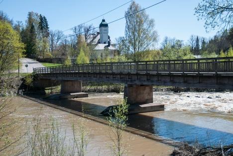 Koskenkylän vanha silta. Taustalla näkyy Forsby Gård, keväällä 2011.