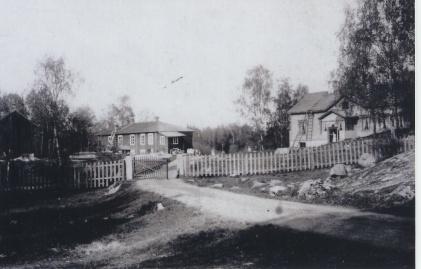 """""""Råttslottet"""" eli Rottalinna (vas.) ja uudempi päärakennus 1860-luvulla. (Kuva Mikko Närin kokoelmista.)"""