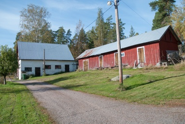 Erikssonien talon vanha navetta ja piharakennus.